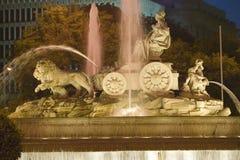 Plaza de Cibeles mit Fuente de Cibele an der Dämmerung, Madrid, Spanien Stockfotografie