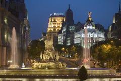 Plaza de Cibeles na noite, com metrópole de Edificio e Fuente de Cibeles, Madri, Espanha Imagem de Stock Royalty Free