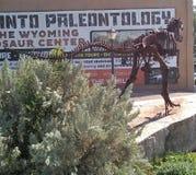 Plaza de Downtwon d'objet exposé de dinosaure images libres de droits