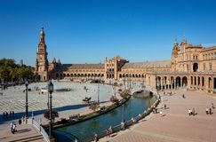 Plaza de España i Seville under en blå himmel royaltyfri bild