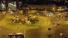 Plaza de Espana a Barcellona alla notte Traffico cittadino della rotonda fotografia stock libera da diritti
