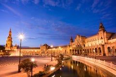 Plaza de Espana (den Spanien fyrkanten) på natten i Seville arkivbilder