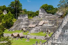 Plaza de Gran no local arqueológico Tikal, Guatema foto de stock