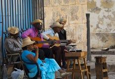 街道音乐家在Plaza de la Catedral,哈瓦那,古巴 库存照片