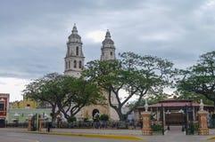 Plaza de la independencia, con la catedral en el lado opuesto del Imagenes de archivo