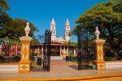 大教堂,坎比其,墨西哥:Plaza de la Independencia,在坎比其,旧金山de坎比其墨西哥` s老镇  免版税库存照片