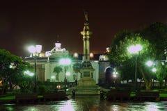 Plaza de la Independencia en la noche Foto de archivo libre de regalías