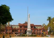 Plaza de Mayo com o palácio presidencial de Rosada do monumento e da casa da pirâmide de maio durante a renovação em abril de 201 fotos de stock royalty free