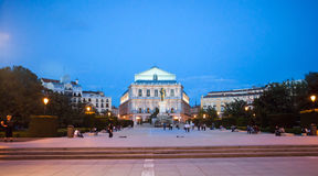 Plaza de Oriente και βασιλικό θέατρο με τους τουρίστες σε ένα ελατήριο nig Στοκ Φωτογραφίες