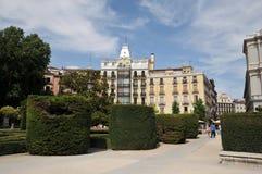 Plaza de Oriente Central trädgårdar med monumentet till den Philip droppen som lokaliseras mellan Royal Palace och den kungliga t royaltyfri fotografi