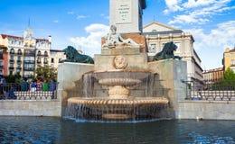 Plaza de Oriente med turister på en vårdag i Madrid Arkivbild