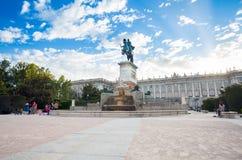 Plaza de Oriente mit Touristen an einem Frühlingstag in Madrid Lizenzfreies Stockbild