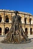 Plaza de toros y estatua de Nimes Foto de archivo