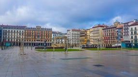 Plaza del Castillo της δευτερεύουσας εικόνας του Παμπλόνα στην οποία μπορείτε να δείτε τα κτήρια που διαμορφώνουν το και το contr στοκ εικόνα