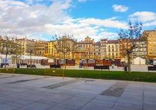 Plaza del Castillo της δευτερεύουσας εικόνας του Παμπλόνα στην οποία μπορείτε να δείτε τα κτήρια που διαμορφώνουν το και το contr στοκ φωτογραφίες