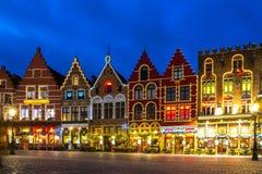 Plaza del mercado adornada e iluminada en Brujas, Bélgica Imagenes de archivo