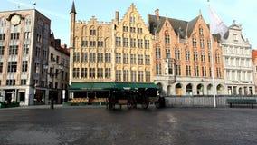 Plaza del mercado Brujas Bélgica almacen de metraje de vídeo