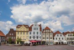 Plaza del mercado central con el café y restaurante en Lingen fotografía de archivo