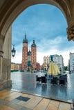 Plaza del mercado en el centro de la ciudad de Kraków Arca de las compras imágenes de archivo libres de regalías