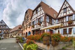 Plaza del mercado en el Dambach-la-Ville, Alsacia, Francia imágenes de archivo libres de regalías