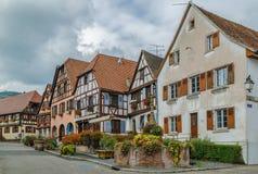 Plaza del mercado en el Dambach-la-Ville, Alsacia, Francia fotografía de archivo