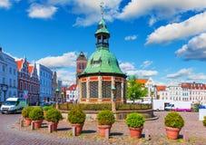 Plaza del mercado en la ciudad vieja de Wismar, Alemania Foto de archivo libre de regalías