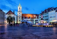 Plaza del mercado principal de la ciudad vieja de Bratislava en la noche Foto de archivo