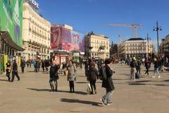 Plaza del Sol, ηλιόλουστη ημέρα στη Μαδρίτη, πρωτεύουσα της Ισπανίας Πεζοί Puerta del Sol Στοκ φωτογραφία με δικαίωμα ελεύθερης χρήσης
