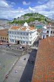Plaza di San Francisco con la città di Quito Immagine Stock