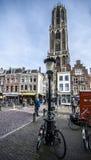 Plaza do centro da cidade de Utrecht com muitos povos que andam durante o dia bautiful do outono Foto de Stock Royalty Free