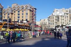 Plaza dos esquiadores na vila do assobiador Foto de Stock