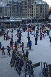 Plaza dos esquiadores na vila do assobiador Imagem de Stock