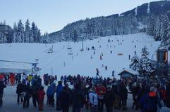 Plaza dos esquiadores na vila do assobiador Imagens de Stock Royalty Free