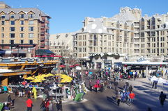Plaza dos esquiadores na vila do assobiador Fotos de Stock Royalty Free