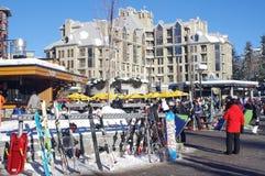Plaza dos esquiadores na vila do assobiador Fotografia de Stock