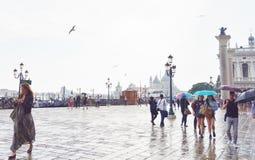 Plaza en el puerto de Venecia Fotos de archivo libres de regalías