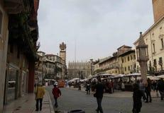 Plaza Erbe La ciudad de Verona Italia fotos de archivo libres de regalías