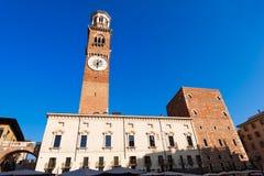 Plaza Erbe y torre de Lamberti en Verona Fotos de archivo