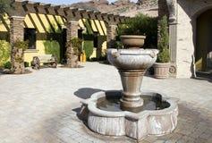 Plaza extérieure à la maison de fontaine de manoir Photo libre de droits