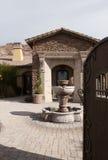 Plaza extérieure à la maison de fontaine de manoir Image libre de droits