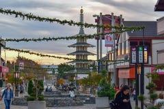 Plaza hermosa en San Francisco Japantown durante la estación de la Navidad en la puesta del sol imagen de archivo