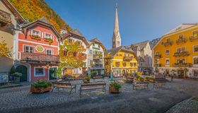 Plaza histórica de Hallstatt con las casas coloridas, Salzkammergut, Austria Imagen de archivo libre de regalías