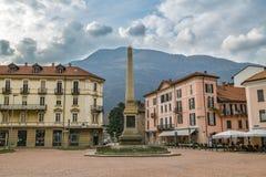 Plaza Indipendenza con el obelisco en la ciudad de Bellinzona imágenes de archivo libres de regalías