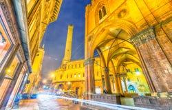 Plaza Maggiore en la oscuridad en Bolonia, Italia fotos de archivo