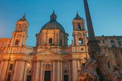 Plaza Navona con la iglesia de Sant Agnese y la fuente de los cuatro ríos Roma Imagen de archivo libre de regalías