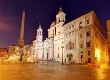 Plaza Navona en la oscuridad Ventanas viejas hermosas en Roma (Italia) Fotografía de archivo