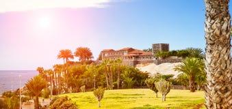 Plaza Playa del Duque, Duke Castle, Costa Adeje, Tenerife, España Fotos de archivo