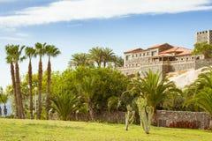 Plaza Playa del Duque, Duke Castle, Costa Adeje, Tenerife, Espanha imagens de stock royalty free