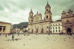 Plaza principal con la iglesia, cuadrado de Bolivar en Bogotá, Colombia Imagen de archivo libre de regalías
