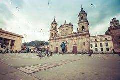 Plaza principal con la iglesia, cuadrado de Bolivar en Bogotá, Colombia Foto de archivo
